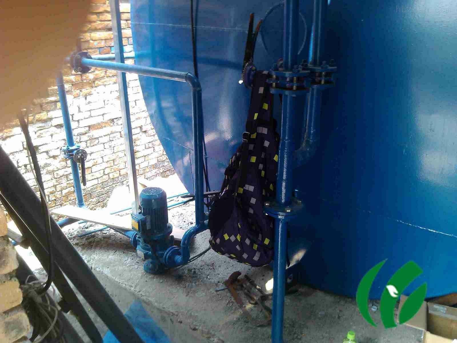一、屠宰污水概述 屠宰污水主要来自:宰前饲养场排放的畜粪冲洗水;屠宰车间排放的含血污和畜粪的地面冲洗水;烫毛时排放的含大量猪毛的高温水;剖解车间排放的含肠胃内容物的污水;炼油车间排放的油脂污水等。此外,还有来自冷冻机房的冷却水和来自车间卫生设备、锅炉、办公楼等排放的生活污水。 屠宰污水含有大量的血污、毛皮、碎肉、内脏杂物、未消化的食物以及粪便等污染物,悬浮物浓度很高,水呈红褐色并有明显的腥臭味,是一种典型的有机污水。一般不含重金属及有毒化学物质,污水中富含蛋白质及油脂,含盐量也较高。屠宰污水属易于生物降解