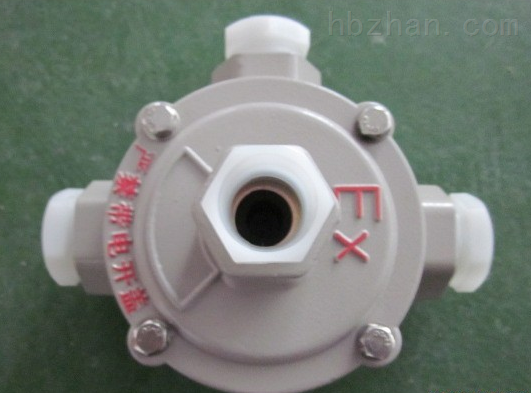 "BHD51防爆接线盒 二、环境及用途  1区、2区危险场所;  适用于A、B、C类爆炸性气体环境;  增安型防爆接线箱也适用于可燃性粉尘场所;  在交流50Hz、电压至380V的线路中,作为连接各种电气设备的分线、接线用,也可作为自控、通讯信号和电源线的连接。 BHD51防爆接线盒 三、产品特性  外壳采用ZL102铝合金压铸成型,表面高压静电喷塑;  结合面采用曲路密封结构,具有较强的防水、防尘功能;  接线端子采用Weidmuller""或UTILITY""接线端子,接线方便,牢"