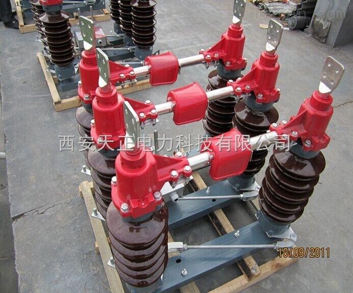 江苏宿迁GW4-35D/1250户外单接地高压隔离开关属双柱水平开启式隔离开关。制成单极型式,当三极同步使用时,极间用连接杆连接起来。各单级都由基座、支柱绝缘子、出线座及触头等部分组成,两支柱绝缘瓷瓶相互平行地安装在基座两端地轴承上,且与基座垂直。主导电部分分别安装在两支柱绝缘瓷瓶上方,随支柱绝缘瓷瓶作约90转动。 3)的每个轴承座内装有轴装配,两轴装配间通过连扳、调节螺杆等连接传动。 4)出线座中的紫铜编织带软连接分别紧固在导电杆和接线板上,接线板供用户连接路之用。 5)中间触头部分的触指称为装配,采用