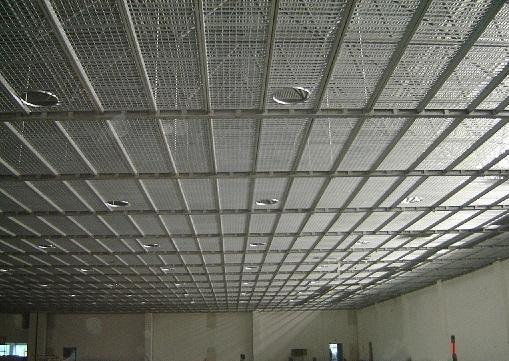 热镀锌钢格栅又称为热浸镀锌钢格板,他是在高温下把锌锭融化,在放入一些辅助材料,然后把金属结构件浸入镀锌槽中,使金属构件上附着一层锌层。热镀锌的优点在于他的防腐能力强,镀锌层的附着力和硬度较好。产品镀锌后重量有所增加,我们常说的上锌量,也主要是针对热镀锌来说。冷镀-电镀,即把锌盐溶液通过电解,使铁离子和锌离子进行置换反映,一般来说不用加热,上锌量很少,遇到潮湿环境很容易生锈。热镀锌钢格栅适用于合金、建材、电站、锅炉、造船、石化、化工及一般工业厂房、市政建设等行业,具有通风透光、防滑、承载力强、美观耐用、易于