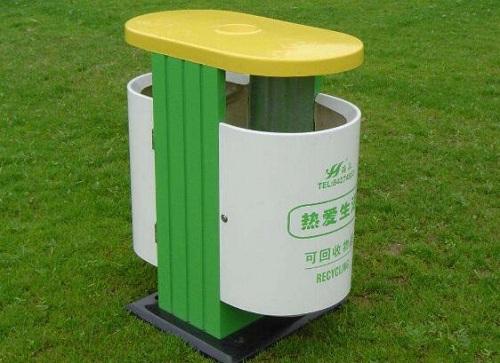 每家门前放置着一个塑料收纳箱,用于盛放厨余垃圾——这里